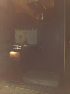暗いけどお店全景、二階が丸見え